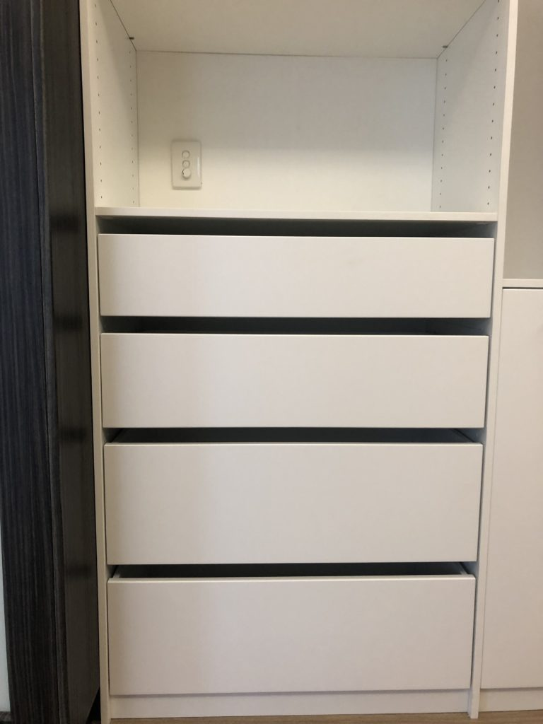 Drawers with gap for handles