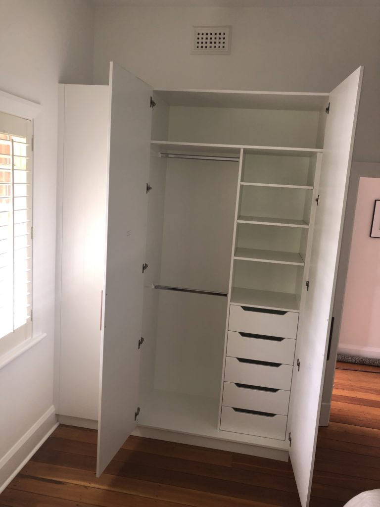 Configuration inside hinged door wardrobe