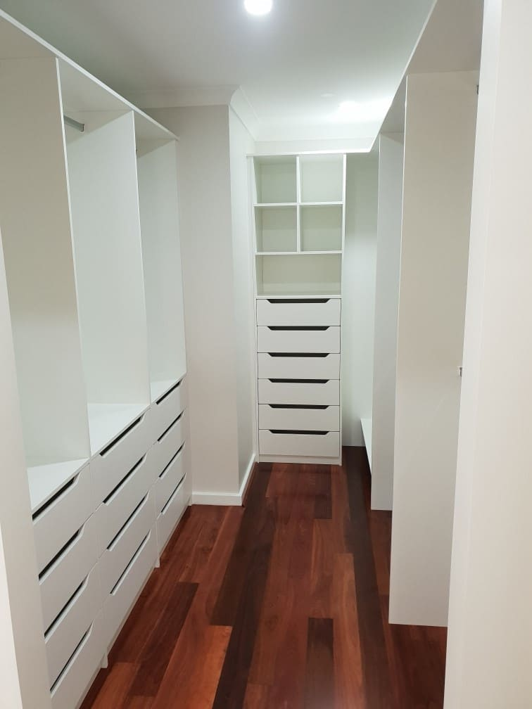 Walk in wardrobe - U shape room