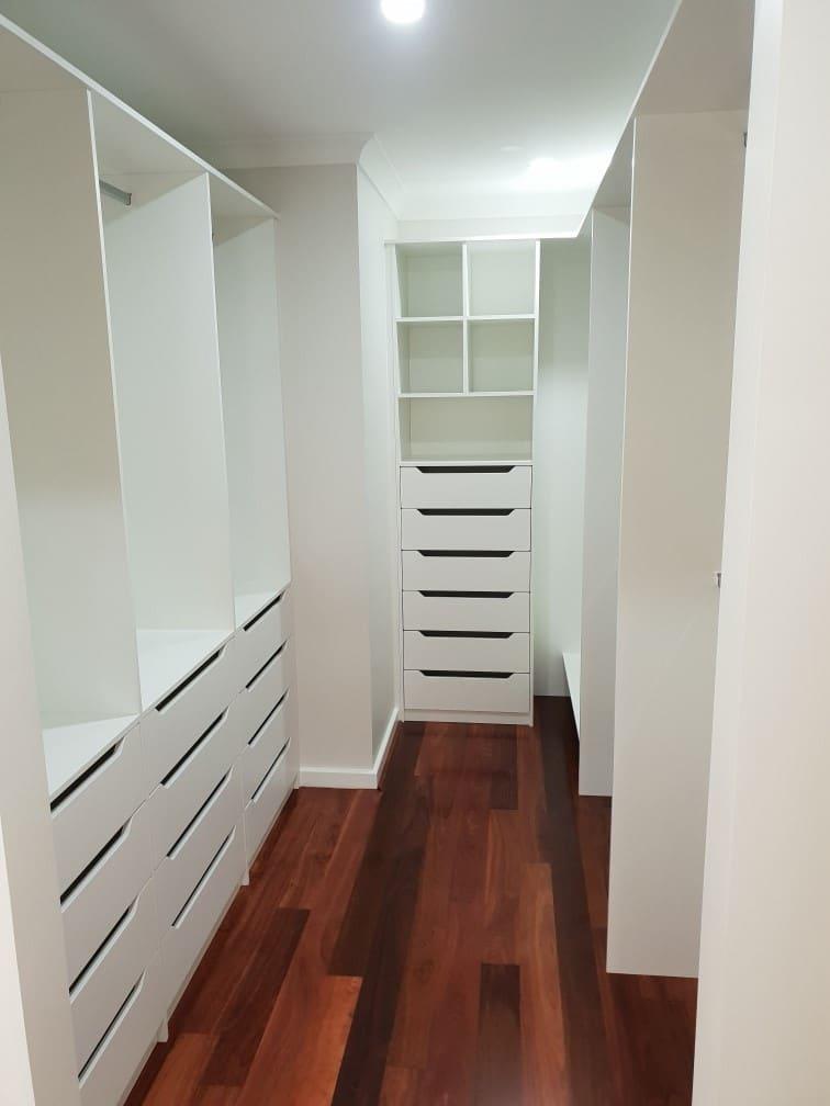 Walk in wardrobe - U shape room